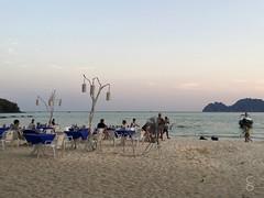 Koh Phi Phi | Strand Restaurant (Caroline Groneberg) Tags: strand thailand restaurant meer sonnenuntergang boote insel dmmerung kohphiphi longtail kste longtailboot