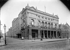 Anglų lietuvių žodynas. Žodis theatre-goer reiškia teatro žiūrovas lietuviškai.