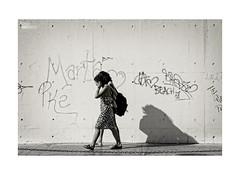 Contigo... (ngel mateo) Tags: street shadow blackandwhite blancoynegro calle women couple heart pareja sombra string mujeres corazn almera cadena ngelmartnmateo ngelmateo