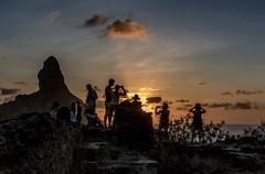 Por do Sol, Fernando de Noronha (pmenge) Tags: contraluz pessoas fernandodenoronha 1740 pds morrodopico 7dii
