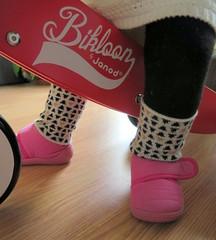 petits pieds.... (LILI 296...) Tags: bike rose duo deux bébé maelys chausson jambière canonpowershotg16