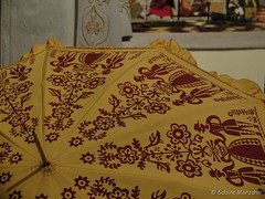 Sonnenschirm statt Regenschirm (Sockenhummel) Tags: art umbrella fuji kunst exhibition fabric finepix fujifilm x20 ausstellung regenschirm schirm sonnenschirm textilekunst museumeuropischerkulturen fujix20 textilevielfalt