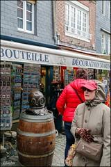 Et le scaphandre !! un moyen de se protéger aussi ... (GK Sens-Yonne) Tags: normandie honfleur calvados bouteille tonneau scaphandre