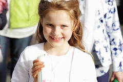 Kommunion (Elis Abeth) Tags: family girl smile happy candle outdoor familie group kerze communion mdchen gruppe lcheln glcklich kommunion