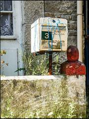 20130719-978 (sulamith.sallmann) Tags: house france building wall frankreich europa post decay haus normandie letterbox bauwerk gebude decayed manche fra mauer briefkasten zerfallen kaputt zerstrt zerfall lahague bassenormandie abgrenzung dielette sulamithsallmann