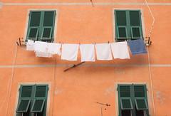 I de Italia (Nathalie Le Bris) Tags: italy orange window ventana florence laundry cinqueterre naranja fachada fentre linge ropa italie faade