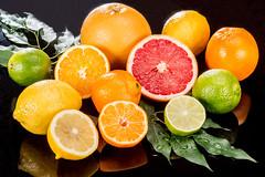 LE PLEIN DE VITAMINES - FULL OF VITAMINS (daumy) Tags: orange composition jaune eau lumire vert lime citron verte ros feuille ambiance vitamines pamplemousse acidit