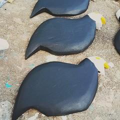 Pintando as d'angolas.  #artesanato #artesanatomineiro #galinha #galinhas #dangola #d'angola #foradesrie #foradeserie (fabriciabarcelos) Tags: galinha d artesanato galinhas artesanatomineiro dangola foradesrie foradeserie