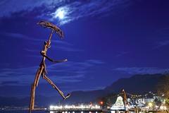 Les flottins au clair de lune (joménager) Tags: sculpture night nikon passion nuit f4 d3 afs bois heure bleue hautesavoie 24120 evianlesbains rhônealpes lesflottins flotté lefabuleuxvillage évènementfête