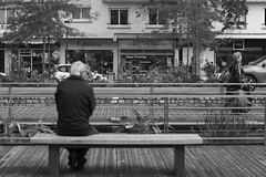 Opticien (Young Siris) Tags: street blackandwhite white black composition photography noir et blanc banc regard opticien jeux publique chatenay
