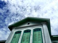 #iczzSatun คฤหาสน์กูเด็น อาคารสองชั้นสีเขียวขาว สไตล์โคโลเนียลแบบยุโรปผสมความเป็นไทย ตรงหลังคาทรงปั้นหยา มีอายุกว่า 100 ปี ซึ่งอาคารหลังนี้สร้างเพื่อเป็นที่ประทับของรัชกาลที่ 5