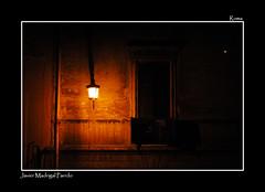 A la luz de un farol. (Javier Madrigal11) Tags: roma luz farol fachada jmadrigal