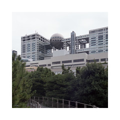 Kenzo Tange / Fuji Television Building (roberto_saba) Tags: kiev88cm kiev carlzeissjena zeiss flektogon mediumformat 6x6 120 fuji fujicolor fujifilm 400h tokyo japan odaiba kenzo tange fujitv ブローニー
