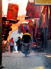 Traffic (simon_berlin62) Tags: life street city light sun colour photography licht soleil northafrica morocco arab maroc stadt marrakech maghreb medina marrakesh rue ville sonnenstrahlen marokko  marrakesch 2016   nordafrika afriquedunord  strase