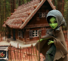 Hexena as the witch from the Gingerbread House (mailiadolls) Tags: witch cam gingerbreadhouse hanselandgretel createamonster monsterhigh