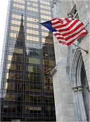 Saint Patrick's Cathedral se trouve entre la 50th et 51th str, en face du Rockefeller Center. A sa gauche se trouve l'Olympic Tower, commandite par Aristote Onassis. C'est une boite de verre de 51 tages, qui domine Saint Patrick et lui sert de miroir (Barbara DALMAZZO-TEMPEL) Tags: nyc manhattan midtown 5thave saintpatrickscathedral