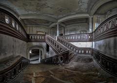 auf halber Treppe (Foto_Fix_Automat) Tags: abandoned decay stairway schloss castel urbanexploring verlassen urbanphotography treppenhaus marode