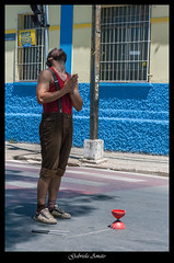 Uma Paradinha no Sinal (AmatoGabi) Tags: street brazil minasgerais brasil canon ensaio photography photo retrato mg malabares expresso ensaiofotografico sojoodelrei cidadehistrica canon400d ensaiomasculino lente3580mm ensaiofotograficomasculino gabrielaamatofotografia