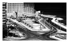 crossroads (kurtwolf303) Tags: ocean street city sea urban bw cars topf25 dark topf50 topf75 meer cityscape 500v20f traffic cuba stadt sw caribbean autos crossroads verkehr dunkel 800views 700views kuba kreuzung malecn karibik strase 1000v40f 250v10f monochromefineart unlimitedphotos strasenkreuzung canoneos600d kurtwolf303
