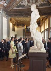 Renzi e Shinzo Abe, con le rispettive Consorti, visitano il Museo degli Uffici e il Corridoio Vasariano (Palazzochigi) Tags: firenze uffizi galleria degli corridoiovasariano shinzoabe matteorenzi