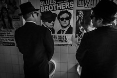 Blue Onions Live @ Alte Piesel 2016 (Andreas Mariotti) Tags: blue bw white black poster deutschland concert hessen brothers blues toilet onions wc urinal concertphotography pissoir knzell altepiesel