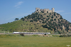 102 frente al Castillo de Almodvar del Ro (lagunadani) Tags: tren sony paisaje andalucia 350 ave cordoba 102 prado castillo a7 ferrocarril renfe talgo altavelocidad almodovardelrio