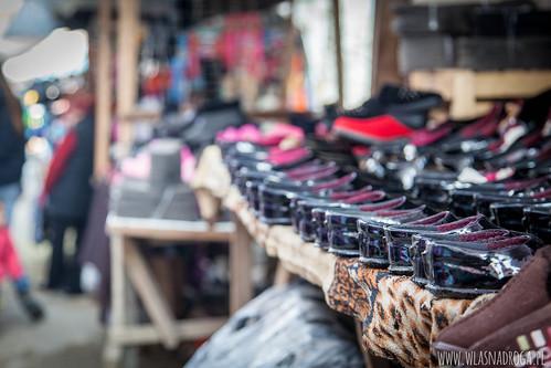 Tradycyjne buty na targu w Osz
