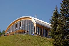 Garmisch - Unterwegs von der Alpspitze zum Kreuzeck durchs Wettersteingebirge (43) - Bergstation Kreuzeck-Seilbahn (Pixelteufel) Tags: station bayern bavaria urlaub wiese architektur alpen ferien gebude freizeit tourismus garmischpartenkirchen fassade rasen infrastruktur seilbahn tannen kreuzeck erholung ruhe