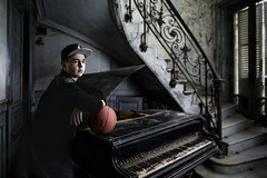 DSC_2301 (Photo-LB) Tags: light portrait music nikon basket lumire couleurs flash piano jordan villa casquette 24mm tone personnes escalier gens musique d800 tons urbex strobist