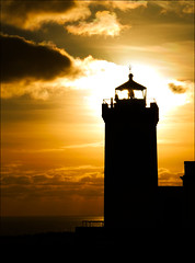 Duncansby Head lighthouse (McRusty) Tags: light lighthouse silhouette sunrise john scotland back head north jour east highland most lit contre ogroats northerly houde duncansby