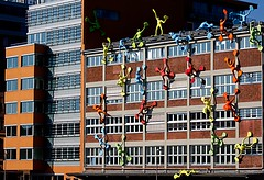Climbing up that wall and Hiding !! (jo.misere) Tags: blue red orange white germany blauw sony explore climbing littleman dusseldorf waving rood wit oranje duitsland klimmen mannetjes zwaaien tamron75300 77slt