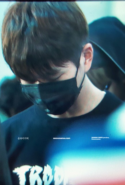 160328 Onew @ Aeropuerto de Incheon {Rumbo a China} 25807876060_6a350e4e0f_z