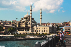 Galata Bridge - New Mosque - Istanbul - Turkey (TLMELO) Tags: fish turkey fishing islam faith pray istanbul reza pesca istambul turquia bosphorus f quran koran yenicami isl newmosque bosforo galatakprs islo mesquitanova alcoro estreitodebosforo