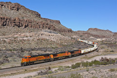 BNSF 8006 Kingman Canyon AZ (Gridboy56) Tags: railroad arizona usa america train az trains locomotive ge railways bnsf locomotives containers liner generalelectric kingman intermodal doublestack railfreight kingmancanyon