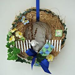 Spring wreath (Deejay Bafaroy) Tags: door blue decorations white green yellow closeup easter outdoors spring wreath gelb grn blau ostern weiss kranz draussen trkranz osterschmuck frhlingskranz