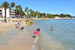 La Ciotat : Beach in April (Pantchoa) Tags: mer nikon eau sable cte ctedazur bain enfants provence nikkor avril plage printemps palmiers jeu rivage mditerrane laciotat grandeplage d7100 24mmf18g