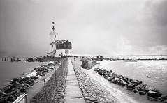 So close, Het Paard van Marken (Arne Kuilman) Tags: blackandwhite lighthouse film netherlands iso100 town nederland samsung scan apx100 pointandshoot v600 agfa vuurtoren marken stad hetpaardvanmarken slimzoom290ws