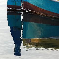 Peu ou poupe (Emmanuelle2Aime2Ailes) Tags: port eau reflet barque pêche pointu