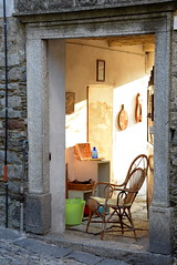Nell'attesa... (frank28883) Tags: pietre sedia portone verbano verbania verbanocusioossola cavandone