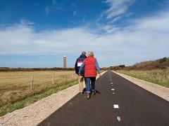 Bij de vuurtoren van Ouddorp (ednl) Tags: lighthouse netherlands march spring outdoor nederland hikers cyclepath lente vuurtoren buiten ouddorp goeree maart fietspad goereeoverflakkee 2016 adobelightroom wandelaars southhollandprovince provinciezuidholland motorolamotog3