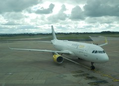 Vueling A320-214 EC-LZN at MAN/EGCC (AviationEagle32) Tags: man tarmac plane airplane manchester flying airport cheshire aircraft aviation airplanes flight aeroplane apron f planes airbus vehicle avp aeroplanes arrivals a320 manchesterairport winglets planespotting airbus320 egcc cfm vueling a320200 avgeek cfm56 aviationphotography a320214 a322 manchesteravp cfm565b sharklets aviationgeek aviationlovers flickraviation eclzn manchesterairportt1 manchesterairportatc manchesterairportt2 manchesterairportt3
