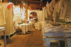 Shop Bergen, Bryggen in Norway  29 Februar 2016 (peter.velthoen) Tags: shop folklore winkel geschäft butikk trehus woodenhouses traditie houtenhuizen tryggenbergen