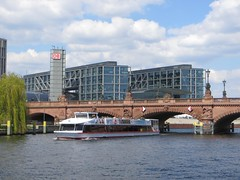 Berlin Hbf mit Moltkebrcke (chris-bo) Tags: berlin wasser hauptbahnhof brcke spree hbf schiff moltkebrcke flus