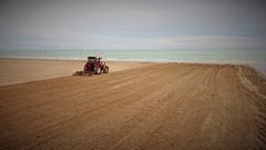 pulizia della spiaggia (N I C K ......1 8 2 8) Tags: red sea italy work italian wave rainy same rosso onde trattore