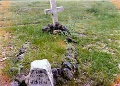 """Flash"" Johnny Gilberts grave in the 1970s (Sholing Uteman) Tags: grave sign cross headstone flash australian australia nsw newsouthwales 1970s gumtree paddock binalong johngilbert bushranger johnnygilbert"