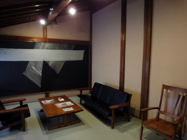 階段を上って右には、写真のような休憩スペースがあります。|吉島家住宅