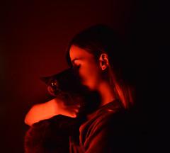 Salem y Mel (Melili Navarro) Tags: luz amor gato salem mascota beso roja misterio selfie gatonegro luzroja misteriosa