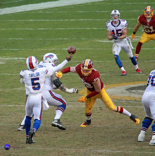 Bills QB Tyrod Taylor gets the ball off before LB Trent Murphy gets to him.