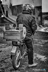 036_366_2016_afilaooo_web (manuelmorillo_fe) Tags: people bw photography 50mm nikon photographer helmet personas moto nikkor casco 18d afilador 366 grinderman d7100 fotogafia