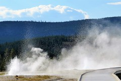 Spasmodic Geyser (Patricia Henschen) Tags: clouds oldfaithful yellowstonenationalpark boardwalk wyoming geyser geysers hydrothermal fireholeriver uppergeyserbasin oldfaithfularea spasmodic pathscaminhos oldfaithfuiinn